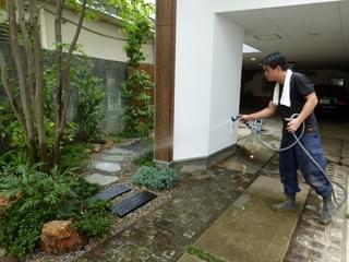 砂利を敷き終えたお庭へ散水処置