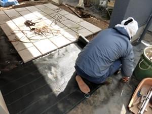 テラス周りへの防草シート施工