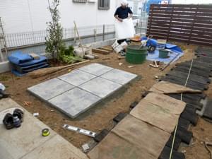 施工を終えた平板テラス