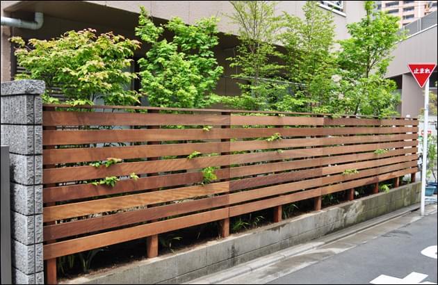 お庭の方向性を外部へも伝えるウッドフェンス