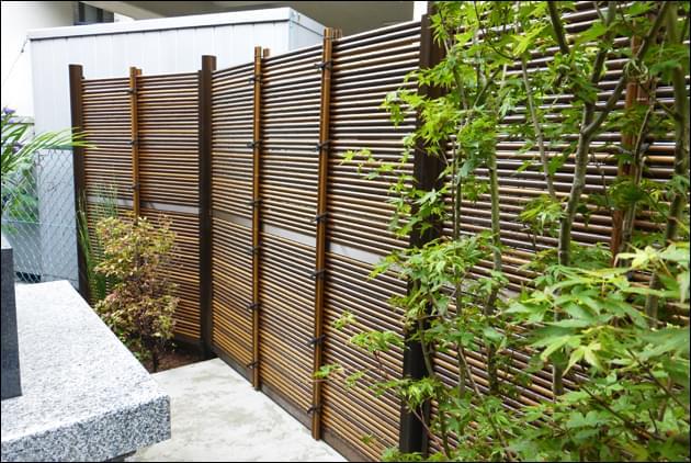 シックなカラーの人工竹垣
