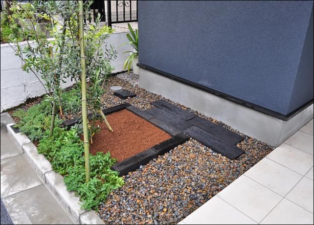 シンプルで使いやすい、庭木とガーデニングを楽しむ小庭