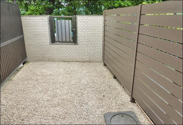 砂利敷きによる雑草対策と目隠しフェンスを施工