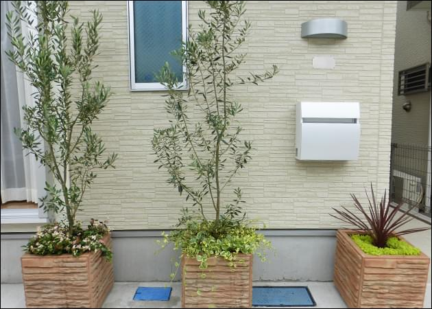 寂しい景観になりがちな駐車スペースに設置された鮮やかなプランター植栽。