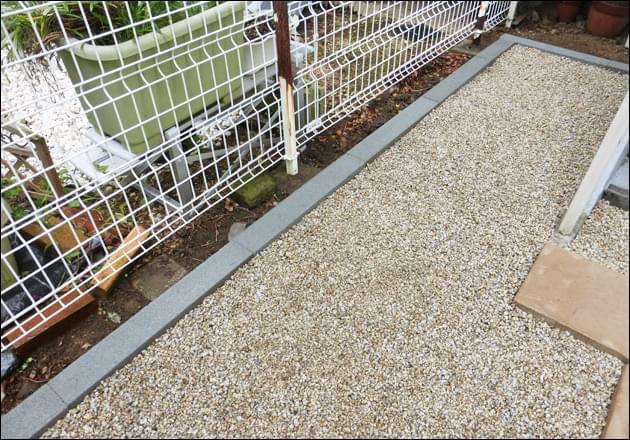 敷地外への砂利流出を防ぐ縁石
