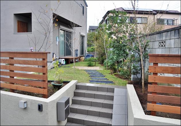 コナラやクヌギの雑木類と野芝によるデザイン