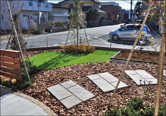 アプローチ付近には家庭菜園と人工芝のスペースを施工