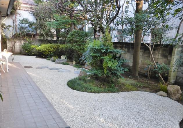 砂利空間と植栽エリアを区切るライン