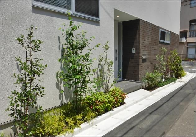 玄関左右に設置された花壇内への植栽