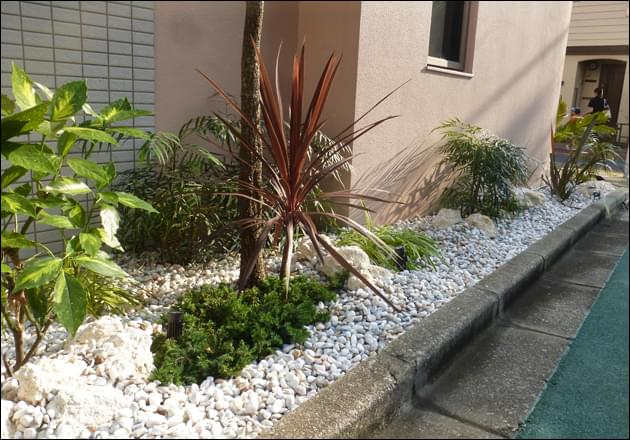 パステルカラーがミックスされた白砂利と琉球石灰岩が織り成すリゾート感