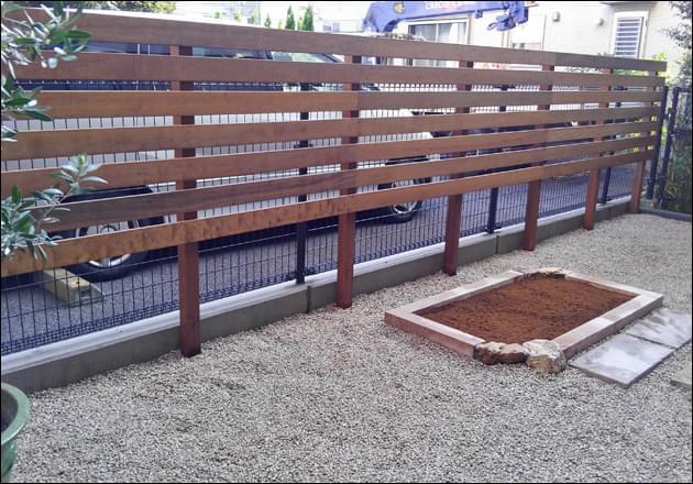 専用庭に設置したソフトな目隠しフェンス