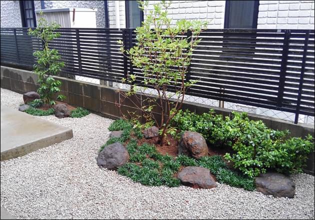 雑草対策をメインに施工された小さな庭