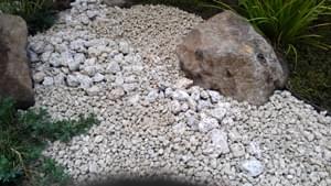 錆砂利と伊勢ゴロタ石による枯れ流れ