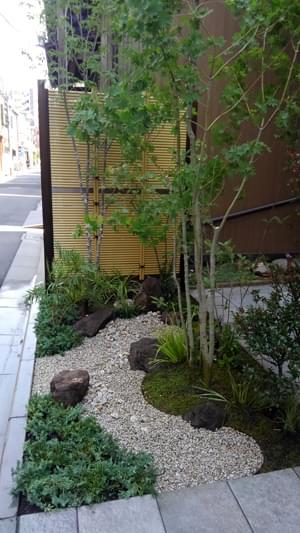 施工を終えた坪庭風の小庭