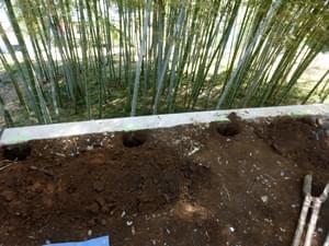 柱を埋め込む穴を掘削