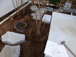 水鉢の左右の植栽