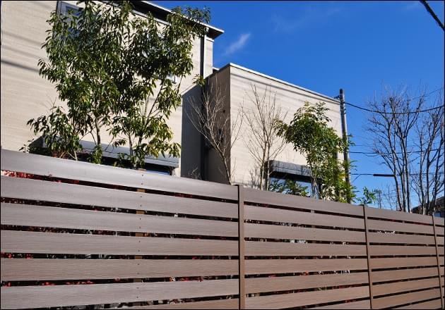 アースブラウンの樹脂フェンス