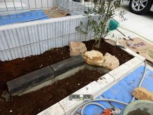 庭石と縁石による花壇組み
