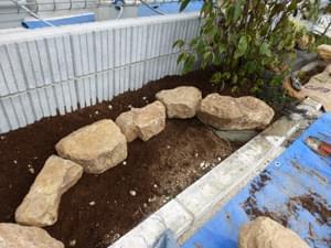 左手花壇は庭石のみで構成