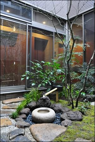現代建築で設える坪庭