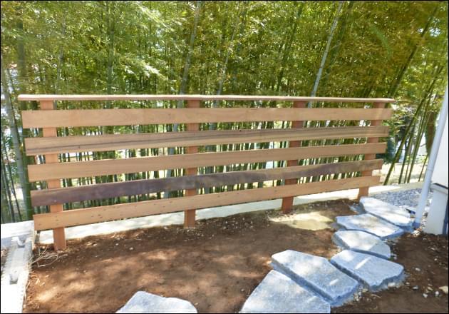 お庭作りに先立って施工したウッドフェンス
