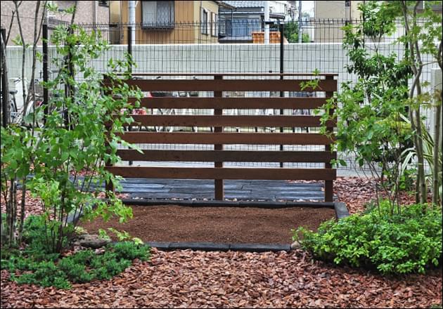 家庭菜園に寄り添うウッドフェンス