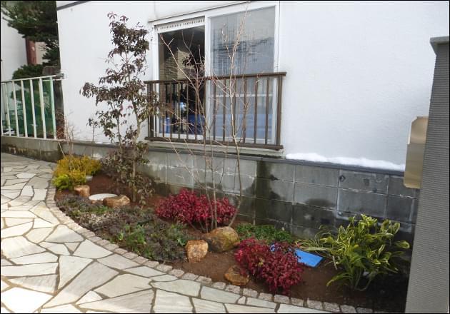 植栽中央にはレッド・ブルーリーフの植木をレイアウト