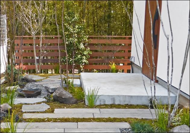 完成したお庭と背景を繋ぐウッドフェンス