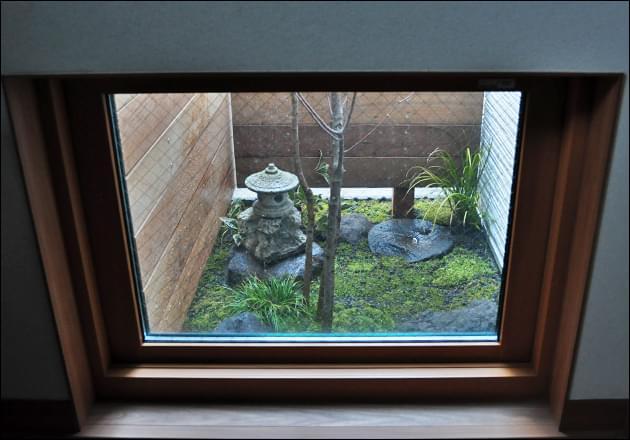 玄関から眺める坪庭