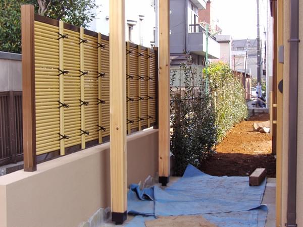 高さを抑えて設計された人工竹垣