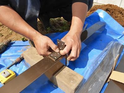 アルミ柱のカット・補強金具類の取付