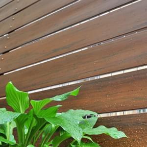 樹脂フェンスとは?独自のメリットや特徴、カラー別の施工実例も