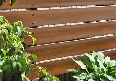 木目模様がお庭をおしゃれな雰囲気に