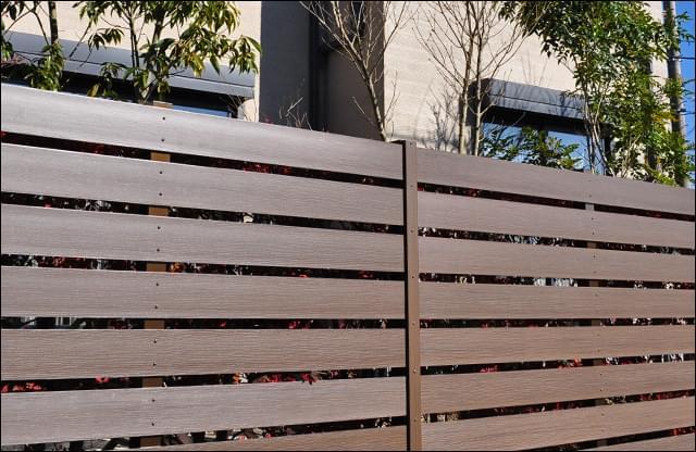 木目模様が刻まれた樹脂フェンス
