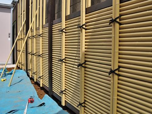 施工中の人工竹垣