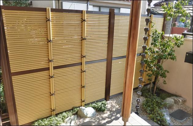 人工竹を横向きに積み上げる御簾垣タイプ