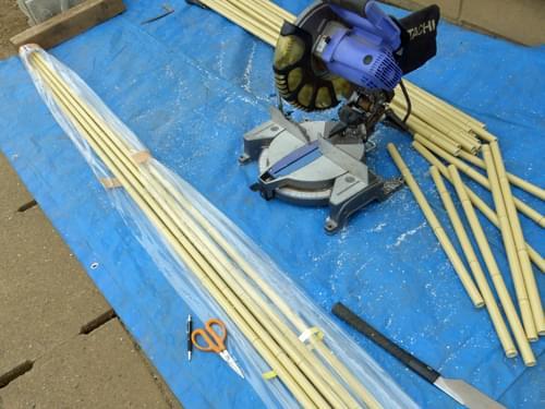 加工前は長い姿の人工竹