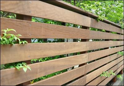 お庭をナチュラルに見せるウッドフェンス