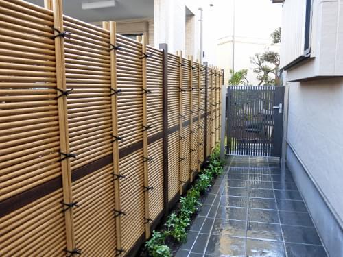 アプローチに施工した人工竹垣
