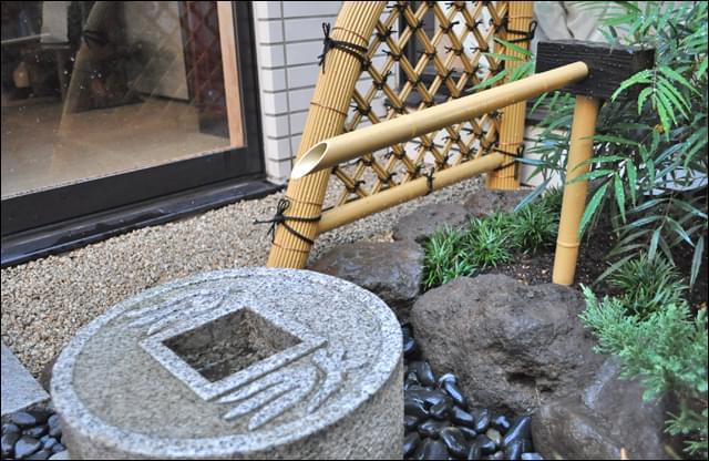 人工竹材で組まれた光悦寺垣と筧