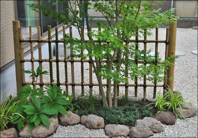 庭の区切りとして設けられた四つ目垣