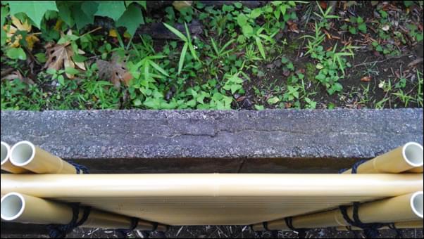 人工竹垣でブロック塀を目隠しをした様子