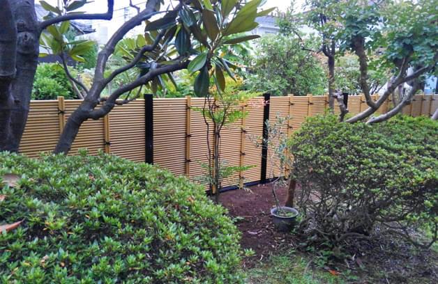 既存庭木の奥を明るく見せる人工竹垣