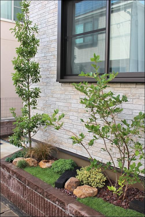 窓下へは低い植木を植栽