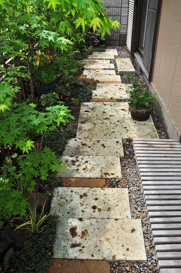 大谷石の敷石アプローチ