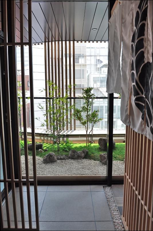 店舗内通路から望むバルコニーの坪庭