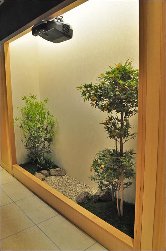 中央に空間を設けた庭の構成