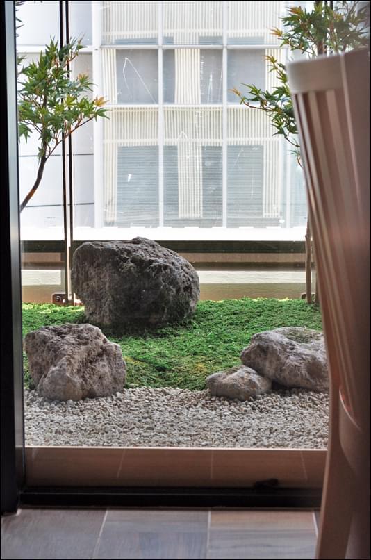 店内フロアと地続きに見える庭の表情