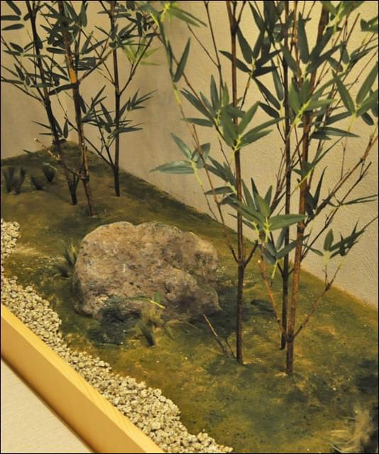 砂質地に自然に生えた苔を表現