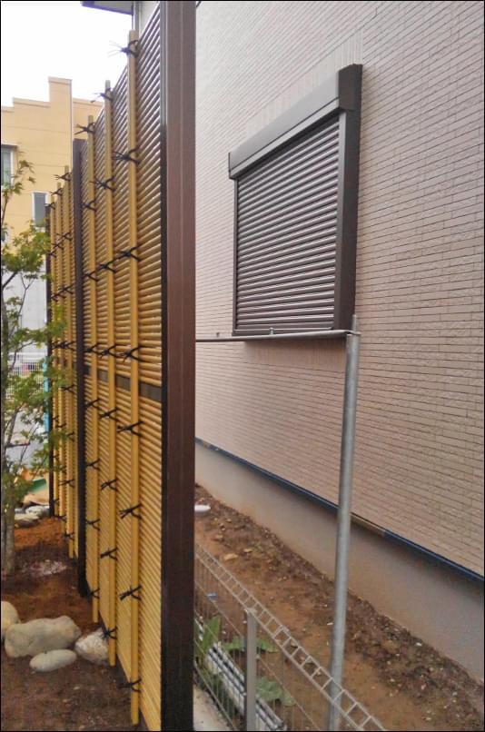 隣家様の窓を目隠しする人工竹垣